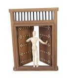 Раскрывая деревянная дверь замка с деревянным замком бара Стоковая Фотография