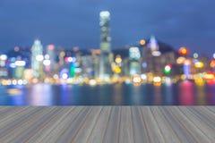 Раскрывая деревянный пол, ноча города освещает взгляд, запачканное bokeh стоковое изображение rf