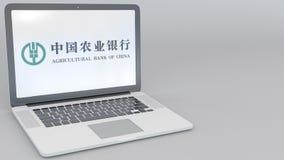 Раскрывая и закрывая компьтер-книжка с аграрным логотипом Государственного банка Китая на экране Передовица компьютерной технолог иллюстрация штока