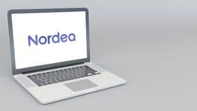 Раскрывая и закрывая компьтер-книжка с логотипом AB банка Nordea перевод 4K редакционный 3D Стоковые Изображения RF