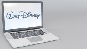 Раскрывая и закрывая компьтер-книжка с Уолт Дисней изображает логотип на экране Передовица 4K компьютерной технологии схематическ акции видеоматериалы