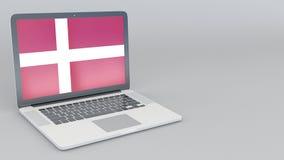 Раскрывая и закрывая компьтер-книжка с флагом Дании на экране Туристское обслуживание, планирование перемещения или культурное ис Стоковые Изображения RF