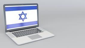 Раскрывая и закрывая компьтер-книжка с флагом Израиля на экране Туристское обслуживание, планирование перемещения или культурное  Стоковое Изображение