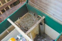 Раскрыл канализационный резервуар для того чтобы проверить свою функциональность Внешнее Septi Стоковые Фотографии RF