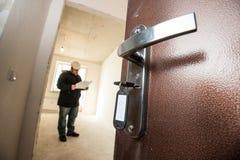 Раскрытая дверь с ключами в замке обозревая unfinis стоковое изображение