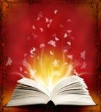 Раскрытая волшебная книга с волшебными светом и бабочкой Стоковое Фото