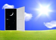 раскрытая дверь Стоковые Фото