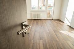 Раскрытая деревянная дверь с серебряной штейновой ручкой Стоковые Фотографии RF
