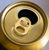 Раскрытая золотая банка пива Стоковое Изображение