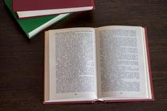 Раскрытая книга на деревянной таблице Стоковое Изображение
