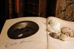 """Раскрытая книга """"начало видов Чарльзом Дарвином стоковая фотография rf"""