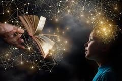 Раскрытая книга mooving от руки взрослого к ребенку стоковые фотографии rf