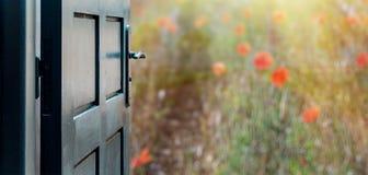 Раскрытая концепция двери к красивым и мнимым макам field стоковые фото
