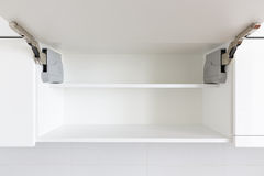 раскрытая кухня шкафа Стоковые Изображения