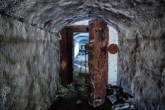 Раскрытая ржавая armored герметичная дверь, вход к покинутому советскому складу боеприпасов военного корабля Стоковые Изображения
