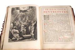 раскрытая старая библии Стоковое Фото