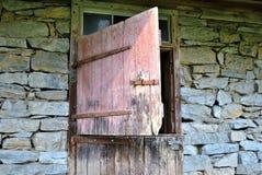 Раскрытая старая дверь амбара Стоковое Изображение RF