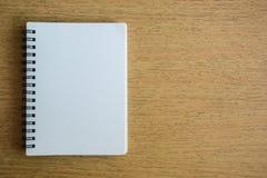 Раскрытая тетрадь на деревянной текстуре Стоковые Изображения
