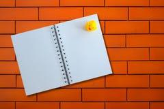 Раскрытая тетрадь с уткой на текстуре кирпича Стоковое Изображение RF