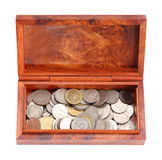 Раскрытое деревянное moneybox с монетками на белой предпосылке Стоковые Изображения