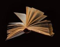 раскрытое летание книги стоковые фотографии rf