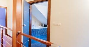 Раскрытые двери от залы к ванной комнате Стоковая Фотография RF