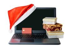 Раскрытые компьтер-книжка, кредитная карточка и подарочные коробки изолированная на белизне Стоковое Изображение RF