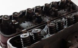 Раскрытые старые головки двигателя v8 показывая клапаны и весны Стоковое Изображение