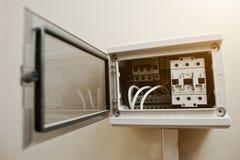 Раскрытые электрические поставки в шкафе switchgear стоковая фотография