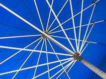Раскрытый голубой зонтик Стоковая Фотография