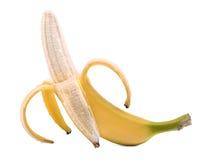 Раскрытый зрелый банан, изолированный на белой предпосылке Половин-слезли банан fruits тропическо Yummy банан стоковые изображения rf