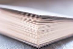Раскрытый конец книги вверх Всход макроса, селективный фокус стоковое фото