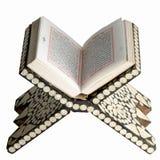 Раскрытый Коран на таблице чтения Стоковые Изображения