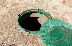 Раскрытый незащищённый люк -лаз сточной трубы сельского канализационного резервуара стоковое фото rf