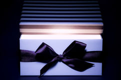 раскрытый свет подарка коробки внутренний Стоковые Фото