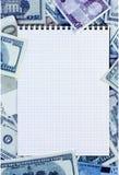Раскрытый спиральный блокнот на предпосылке денег запятнанная синь Стоковые Изображения RF
