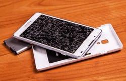 Раскрытый сломанный мобильный телефон с батареей Стоковое Изображение RF