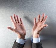 Раскрытый человек корпоративных или политика вручает показывать прозрачность или открытость Стоковые Изображения RF