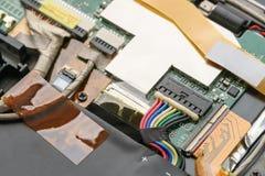 Раскрытый электрический прибор с проводами и микросхемами стоковое изображение