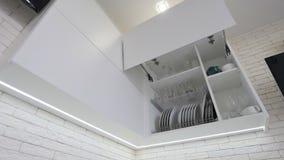 Раскрытый ящик кухни с плитами внутрь, умное решение для хранения и организовать кухни сток-видео