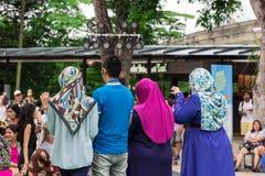 Расовое представление сработанности нескольких мусульманских женщин стоковые фото