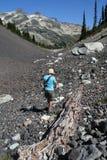 распадаться hiking женщина вала Стоковая Фотография
