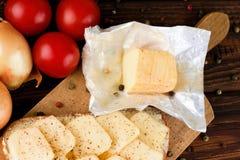 Распакованный ароматичный сыр romadur на прерывая доске Стоковые Фотографии RF