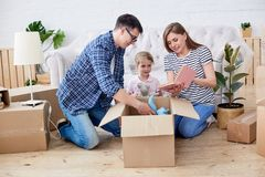 Распаковывать Moving коробки стоковое фото rf