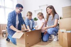 Распаковывающ Moving коробки восторженно стоковое фото rf