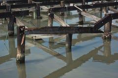 Распадаясь штабелевки причала вдоль морского побережья Стоковая Фотография