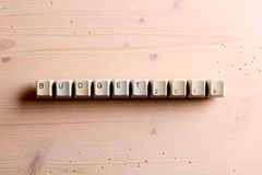 Распланируйте 2018 Новых Годов на кнопках клавиш на клавиатуре компьютера на древесине стоковые фото