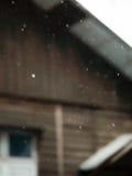 РАСПЛЫВЧАТАЯ СЪЕМКА ДОЖДЕВЫХ КАПЕЛЬ Стоковая Фотография RF