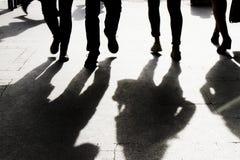 Расплывчатая тень и силуэт улиц города людей идя стоковое изображение rf