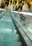 расплывчатое движение эскалатора толпы стоковая фотография